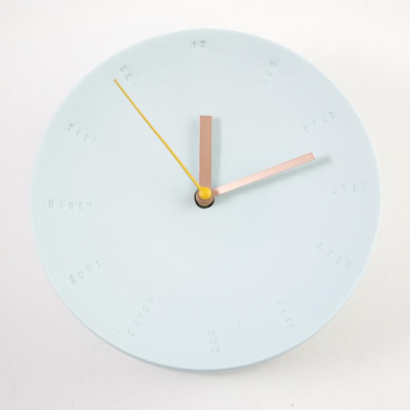 Horloge murale en porcelaine 17cm bleu ciel/jaune * Studio Harm en Elke