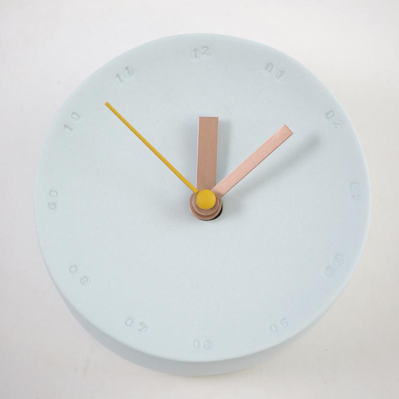 Horloge murale en porcelaine 10cm bleue bleu ciel/jaune * Studio Harm en Elke