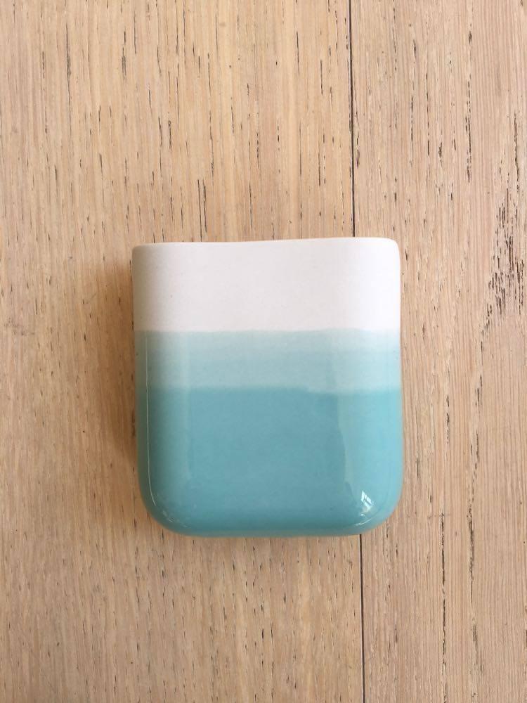 Vase mural court blanc dégradé turquoise * Studio Harm en Elke