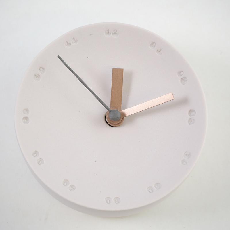 Horloge murale en porcelaine 10cm nude/gris * Studio Harm en Elke