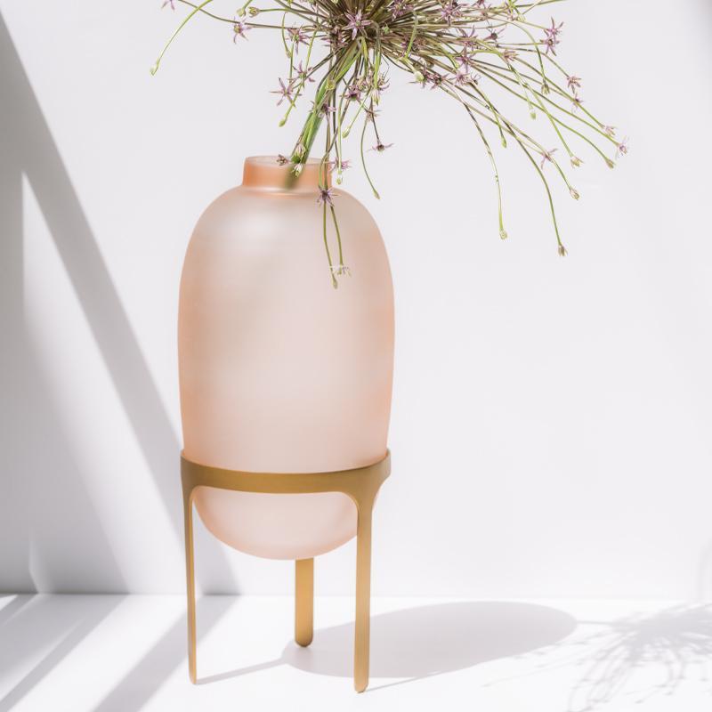 Vase en verre sablé rose sur pied doré * Urban Nature Culture