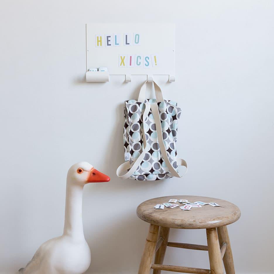 Porte-manteaux crochets avec tableau magnétique blanc et lettres magnétiques de couleur * Tresxics